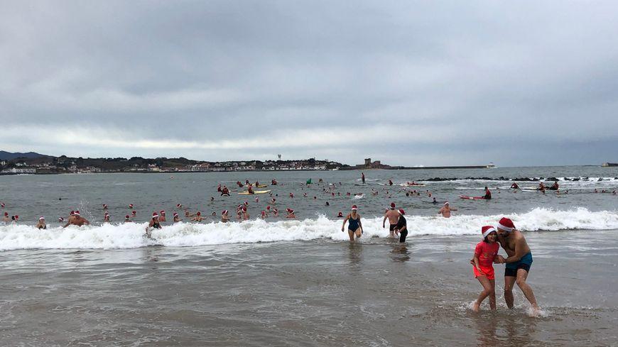 Ils étaient une centaine de courageux à se jeter à l'eau pour l'édition 2019 de ce bain de Noël à la Grande Plage de Saint-Jean-de-Luz