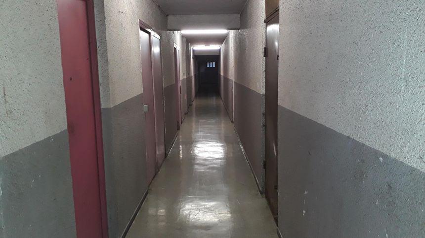 Les coursives des galeries de l'Arlequin, encore noircies par les fumées. L'odeur aussi, persiste.