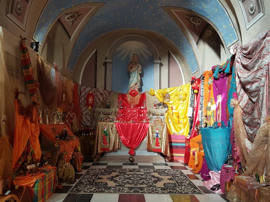 Une des alcôves de l'église Saint-Thomas transformée par Babette, avec ses étoffes et ses crèches venues des pays chauds.