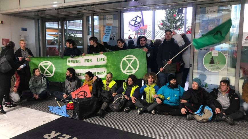 Extinction Rebellion a bloqué la porte principale du centre commercial Courier.