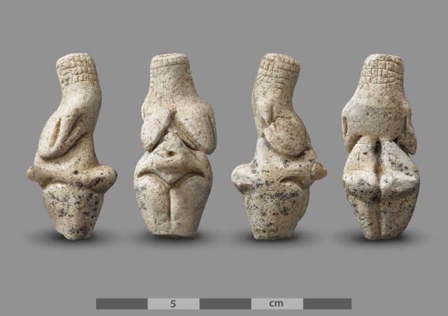 Retrouvée en trois morceaux, la sculpture gravettienne est haute de quatre centimètres.