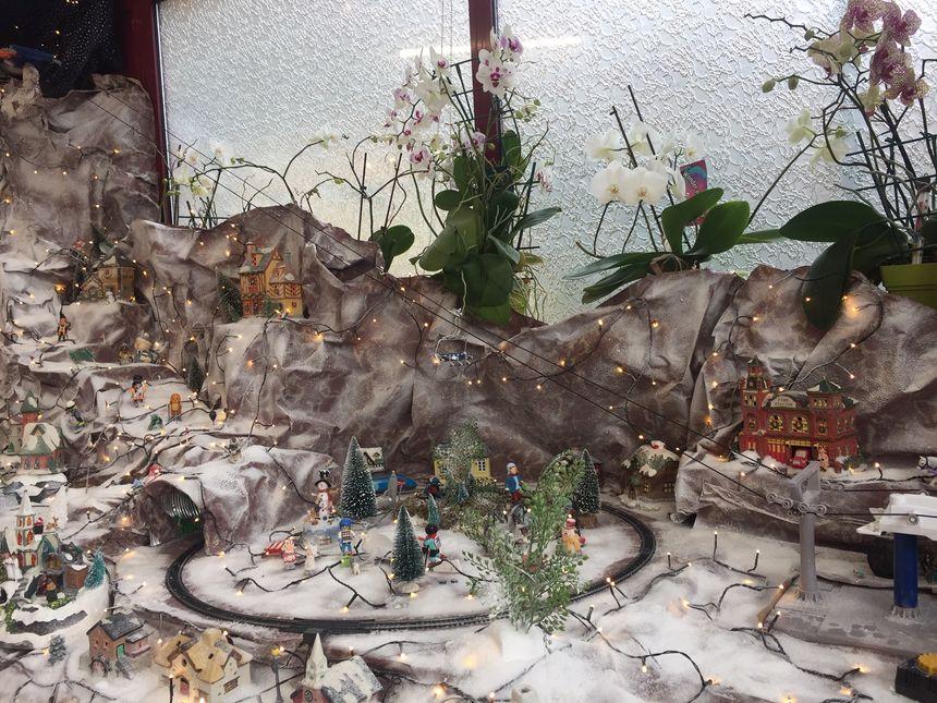 Un petit train et un téléphérique font partie de ce décor de Noël.