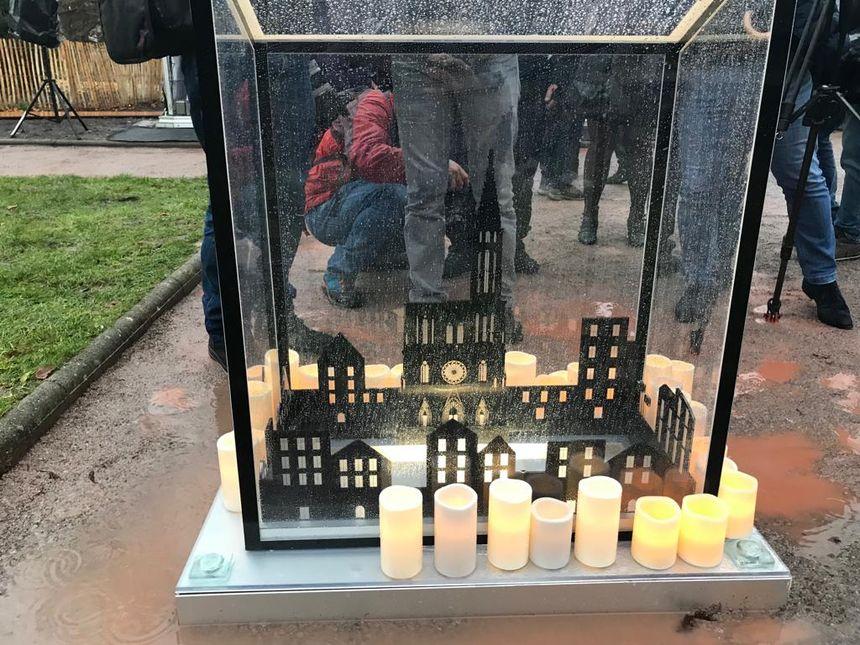 L'image de la cathédrale de Strasbourg est gravé sur la stèle en verre en mémoire des victimes de l'attentat