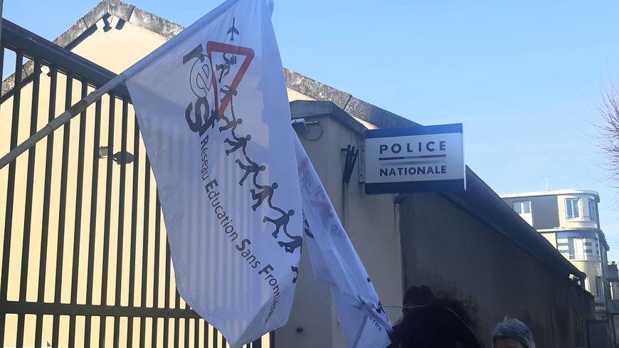 Une qunzaine de membres de RESF36 étaient rassemblées devant le commissariat de Châteauroux