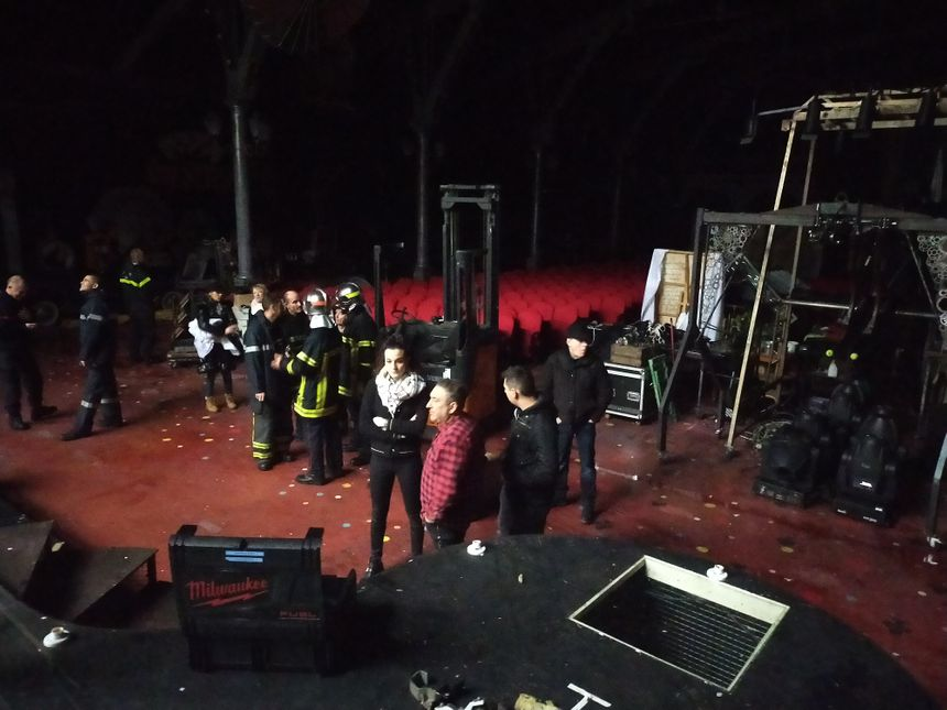 Les accessoires entreposés sur la scène ont été déplacé à l'abri. Les pompiers sur place tentent de réparer les plus gros dégâts.