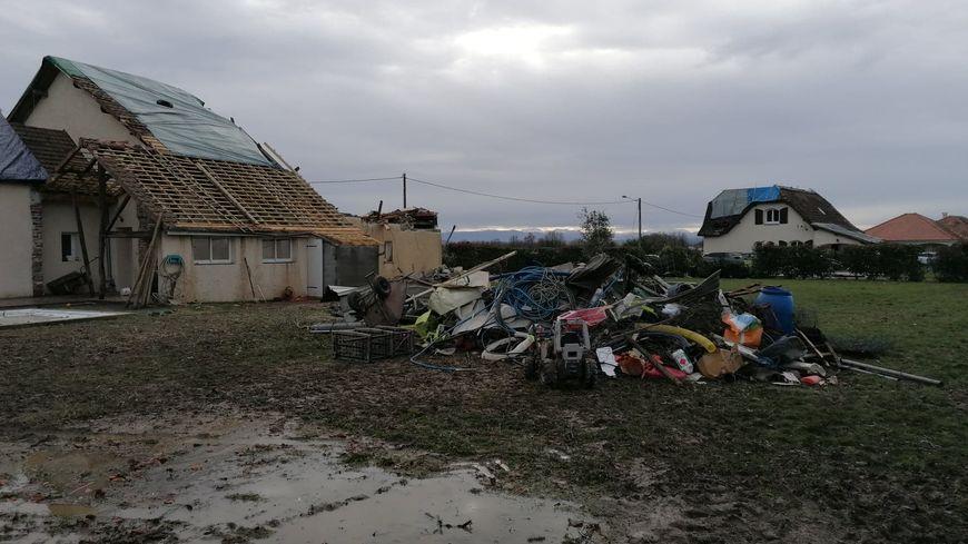 Trois maisons ont été détruites. La tornade en a touché une vingtaine dimanche matin.