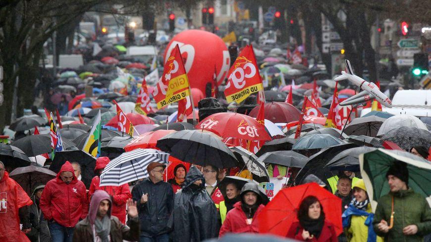 Entre 2 et 3 000 personnes ont défilé à Bordeaux le jeudi 12 décembre, contre la réforme des retraites