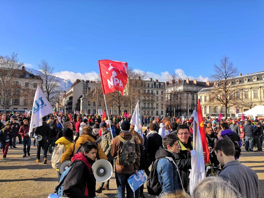 Le cortège est arrivé place de Verdun, devant la préfecture, aux alentours de 11h30.