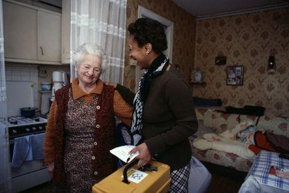 Aide à domicile livrant des repas préparés chez une femme âgée à Vitry-sur-Seine en 2001