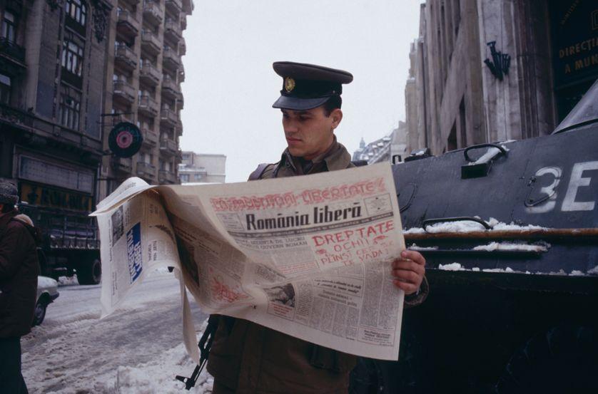 Dans les rues de Bucarest, après la chute du régime, le 31 décembre 1989