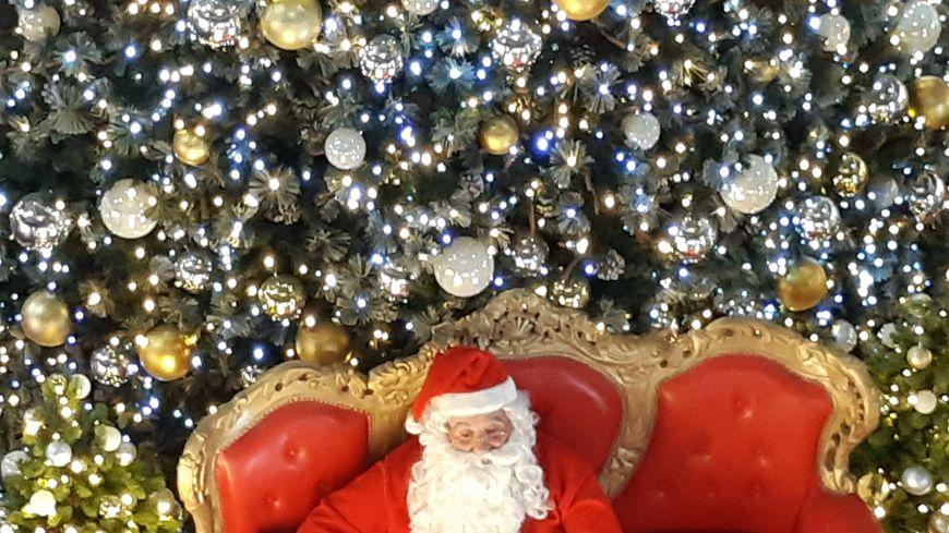 Le Père Noël a trouvé quelques instants dans son emploi du temps chargé pour rouler dans Paris, sous escorte policière.