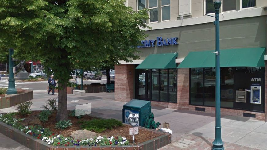 """Un homme à la barbe blanche a braqué cette banque avant de distribuer les billets aux passants en criant """"Joyeux Noël"""""""