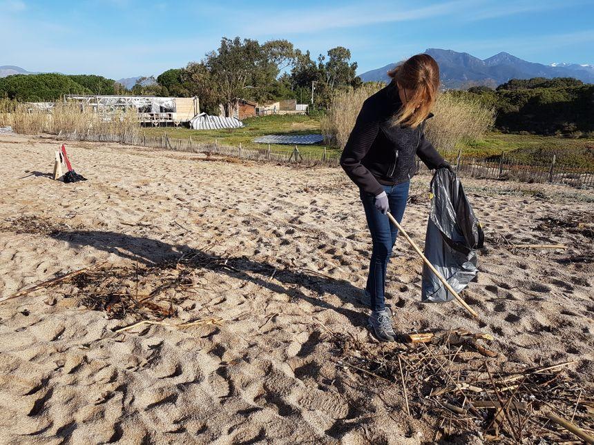 Nathalie participe pour la 1ère fois à ce type d'action pour nettoyer les plages