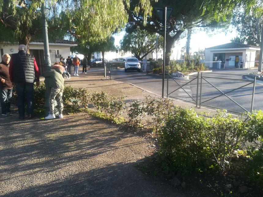 Après avoir passé la barrière du parking, la voiture est arrivée à très vive allure sur les barrières et sur un des bancs du parc qui longe le parking.