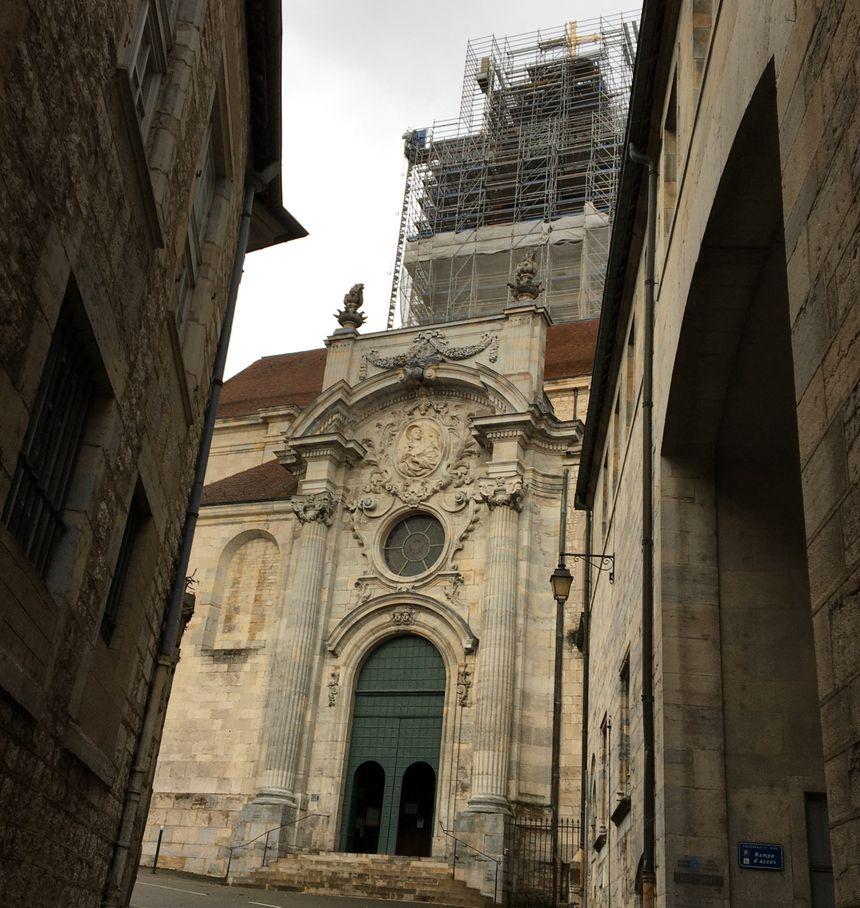La cathédrale Saint-Jean de Besançon et son clocher en travaux en décembre 2019