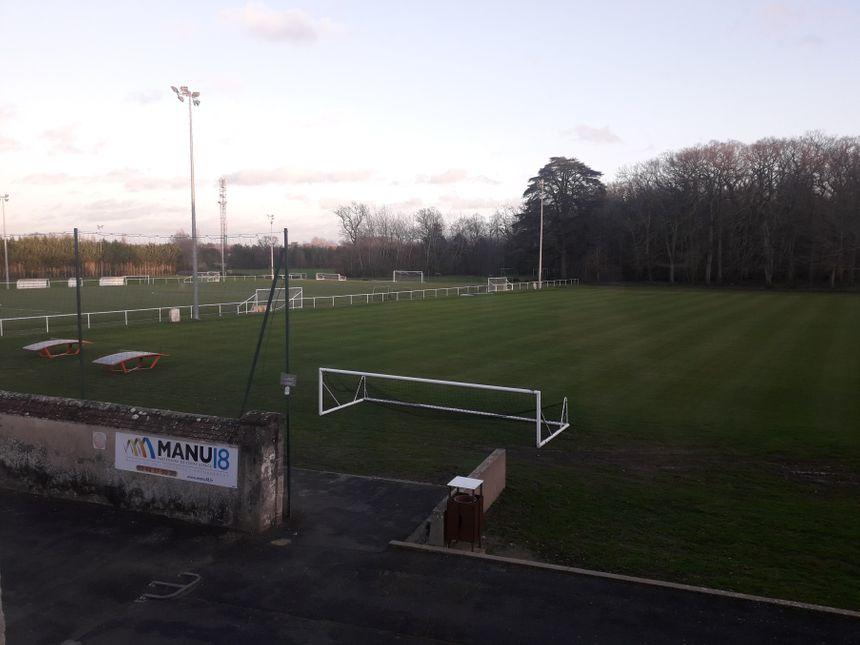 Plusieurs terrains de football sont disponibles. La Berrichonne Football mais aussi d'autres clubs professionnels de football y viennent parfois.