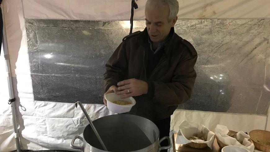 """Gilbert, comédien chambérien, sert des soupes différentes chaque soir avec des produits offerts par le grossiste """"Carotte Primeur"""" et """"Super U""""."""