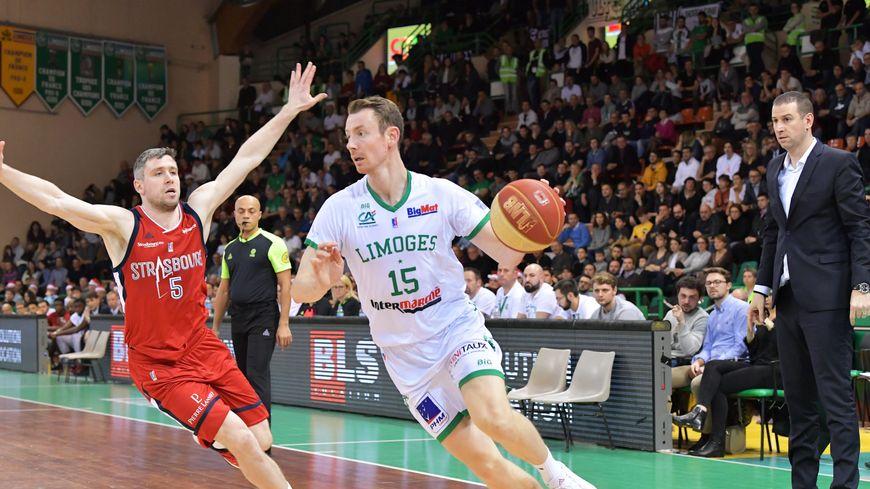 Sous les yeux de son entraîneur Mehdy Mary, l'arrière du Limoges CSP Nicolas Lang part au drive face à Quentin Serron et son ancien club
