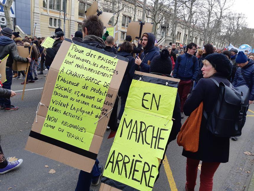Le monde du spectacle aussi était mobilisé à Saint-Étienne; ses représentants ont défilé à reculons.