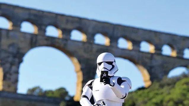 """Un """"stormtrooper"""" de Star Wars fait un """"selfie"""" devant le monument romain"""
