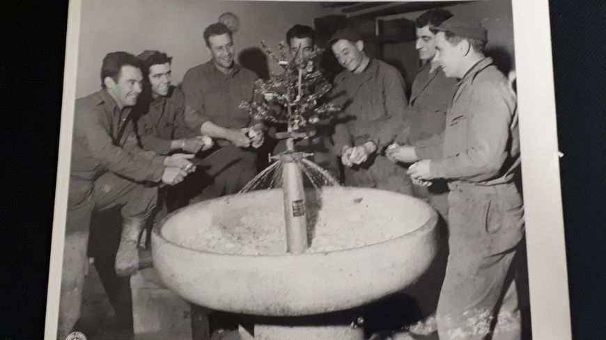 Des soldats américains devant un sapin de Noël improvisé en Moselle en décembre 1944