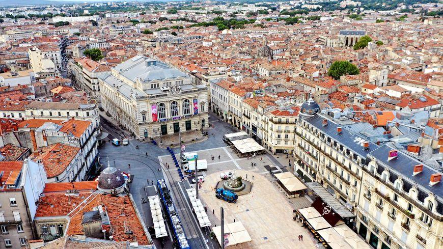 La place de la Comédie à Montpellier et la vue de la mer en arrière plan