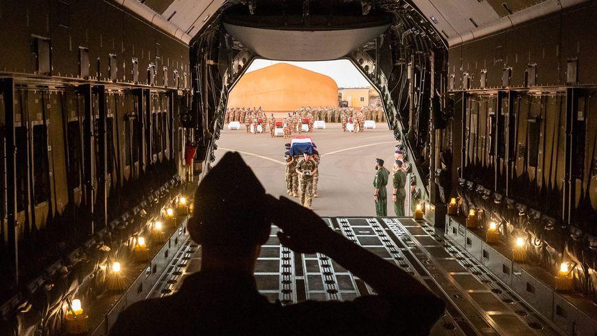 Les frères d'armes des treize militaires morts au Mali ont rendu un dernier hommage sur la base de Gao, avant le départ des corps pour la France.