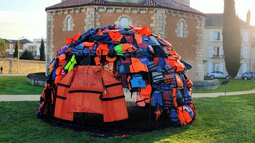 A la place du trou causé par l'incendie, les artistes ont posé un grand gilet de sauvetage.