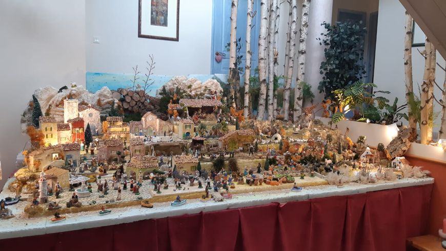 Plus de 250 authentiques santons de Provence composent cette crèche monumentale