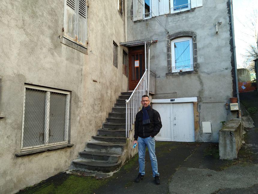 Thierry devant sa maison