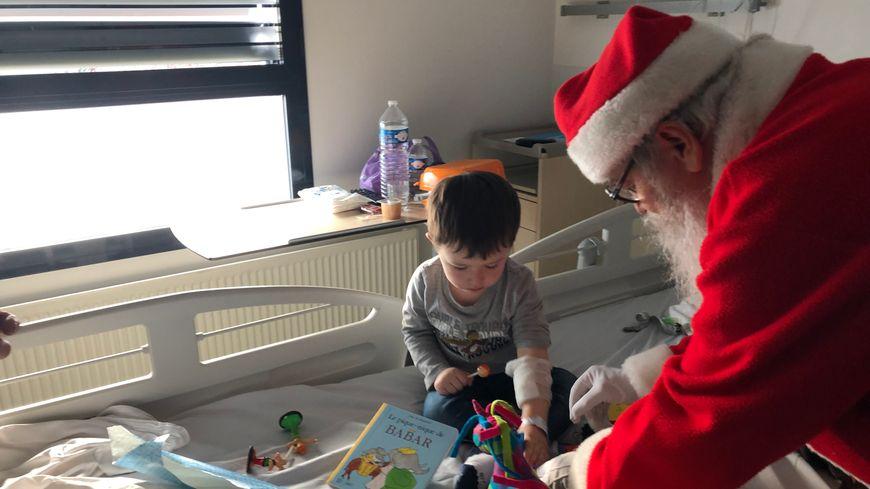 Le Père Noël a distribué une dizaine de cadeaux au CHU de Caen.