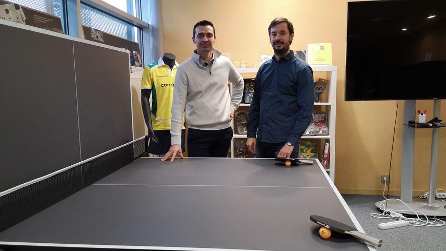 Le fabricant de tables de ping-pong Cornilleau fête ses 50 ans : un dynamisme assuré par le directeur commercial François Robert (à gauche) et le responsable communication Basile Brière (à droite)