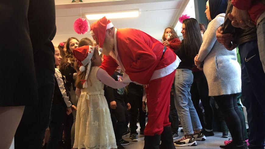 Le père Noël des cheminots s'est rendu au foyer de l'AMLI de Metz.