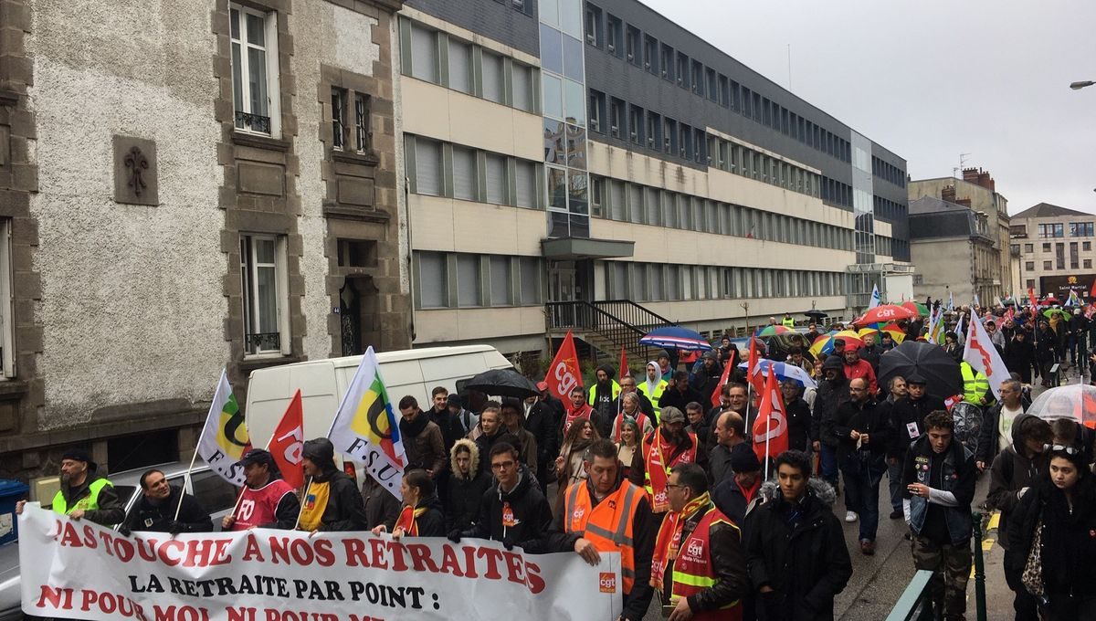 Retraites : les gilets jaunes ont défilé aux côtés des syndicats à Limoges ce samedi
