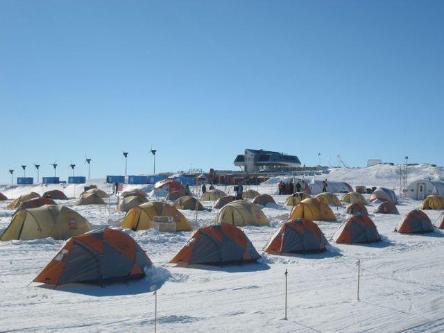 À Usteinen (Antartica), devant la station polaire belge Princess Elisabeth, un village de tentes où les scientifiques dorment