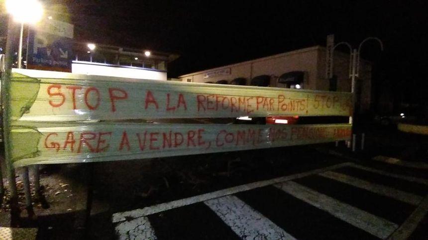 Les manifestants tarbais ont installé des banderoles devant la gare routière.