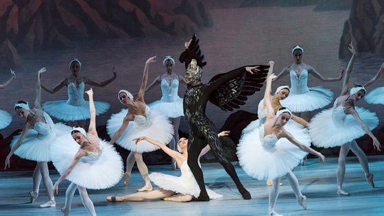 """Les danseuses russes Viktoria Tereshkina (au sol, dans le rôle de """"Odette-Odile"""") et Andrei Yermakov (dans le rôle de """"Rothbart, le méchant magicien"""") jouent dans le film """"Swan Lake"""" de Peter Ilyich Tchaikovsky avec une chorégraphie et une mise en sc"""