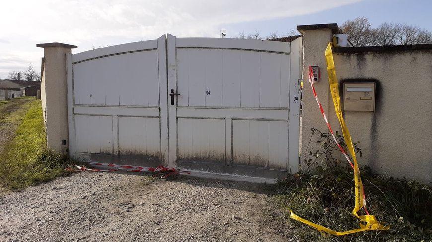 Le domicile familial où ont été retrouvé les corps, sur la route de Saint-Sulpice à Izon.