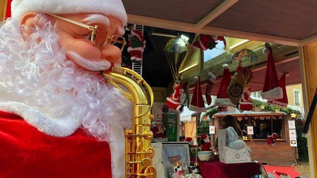 Le Père Noël est présent tous les jours sur le marche de Noël de Châteauroux...er visiblement, il s'éclate  !