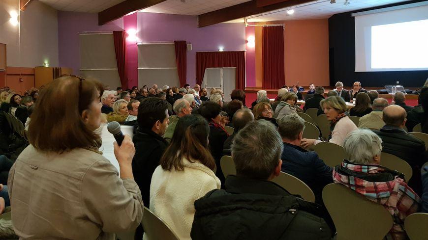 La réunion publique s'est déroulée à la salle des fêtes d'Augny en présence de 130 personnes.