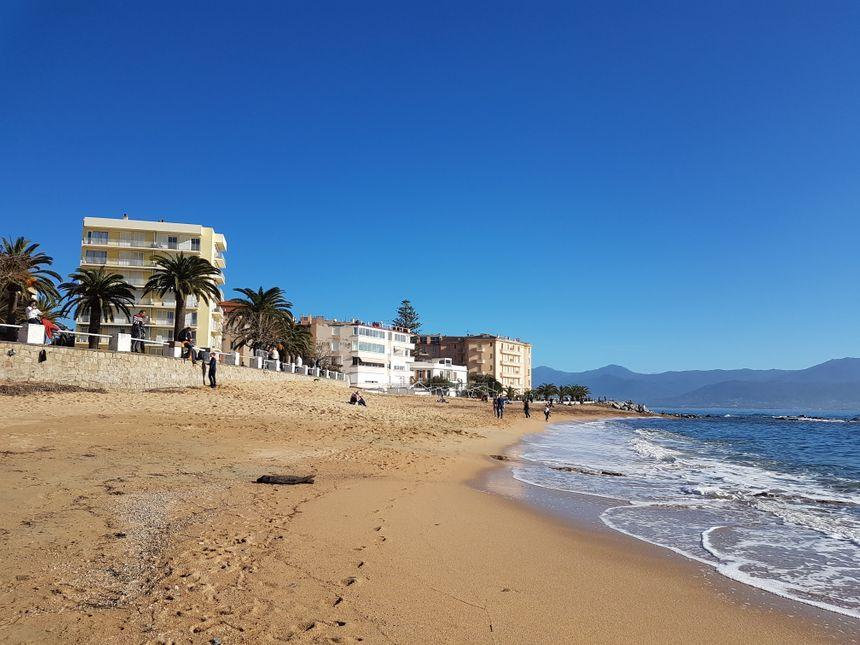 Les Ajacciens et les touristes nombreux à profiter de la plage et du soleil en ce 25 décembre.