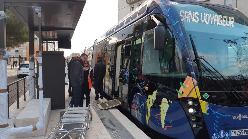 """Premier """"accostage"""" du nouveau bus de la T2 à la station Jaurès de la rue du Cirque Romain, à Nîmes"""