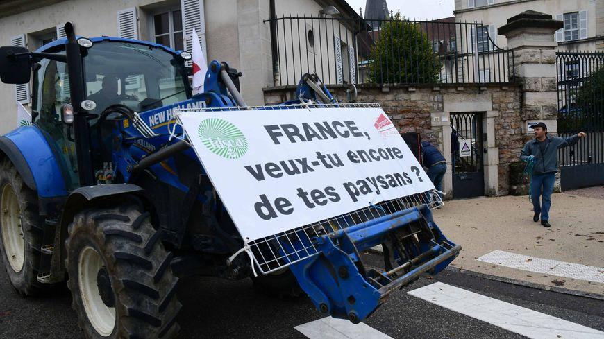 Les agriculteurs français touchent en moyenne 750 euros pour leur retraite, après une vie de travail souvent difficile. Ils avaient manifesté contre l'agri-bashing à Lons-le-Saunier en octobre 2019.