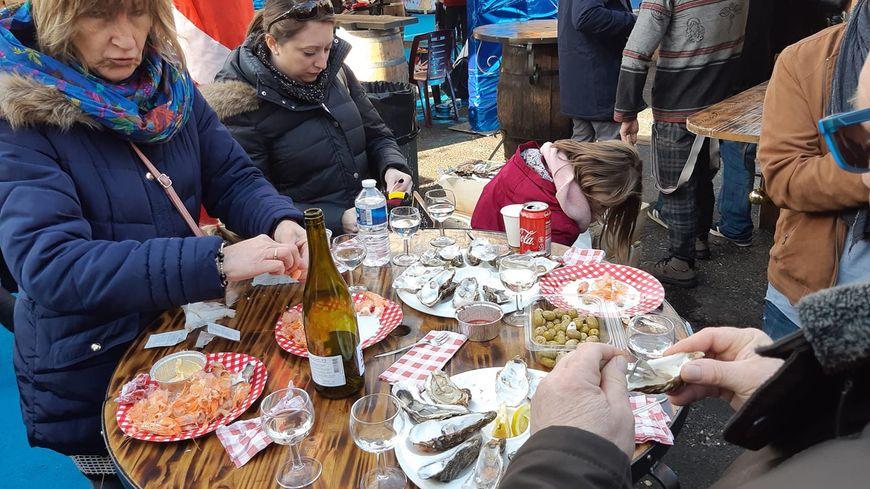 La place gastronomique du marché de Noël de Sarlat a connu un gros succès.