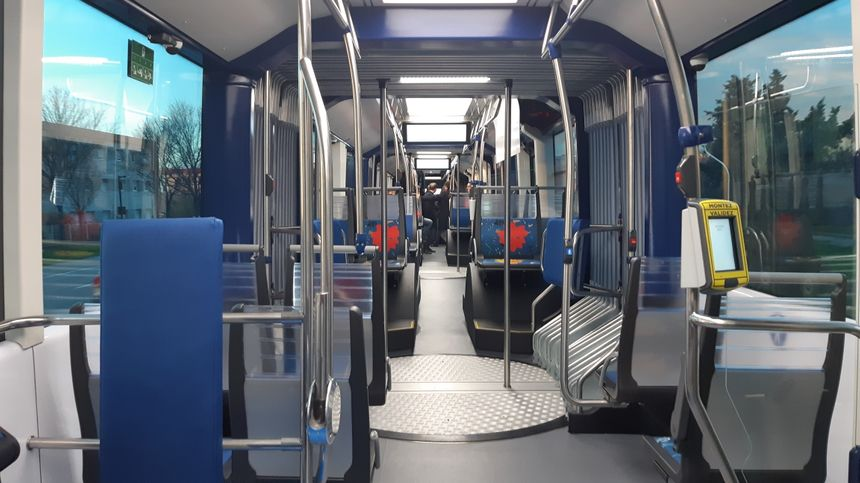 L'intérieur du nouveau bus vu depuis la banquette arrière