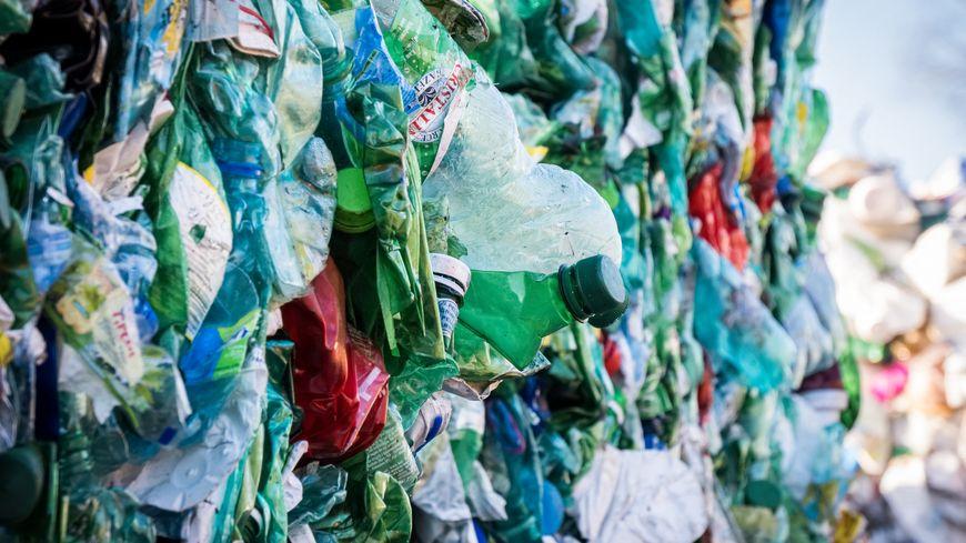 Balles de bouteilles plastiques à recycler au SYTEVOM de Haute-Saône.