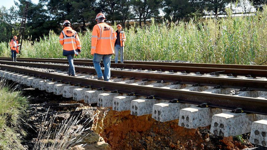 Conséquence des inondations d'octobre, une partie de la voie ferrée a été emportée à Villeneuve-lès-Béziers. Pendant plusieurs semaines, aucun train ne pourra circuler entre Agde et Béziers