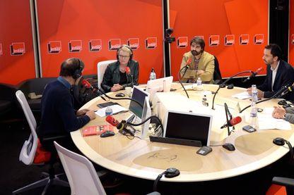 De gauche à droite : Jacques Monin, Élise Lucet, Fabrice Arfi, Luc Bronner et Jacques Trentesaux