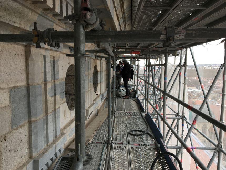 Les ouvriers travaillent depuis deux ans sur le clocher de la cathédrale Saint-Jean de Besançon