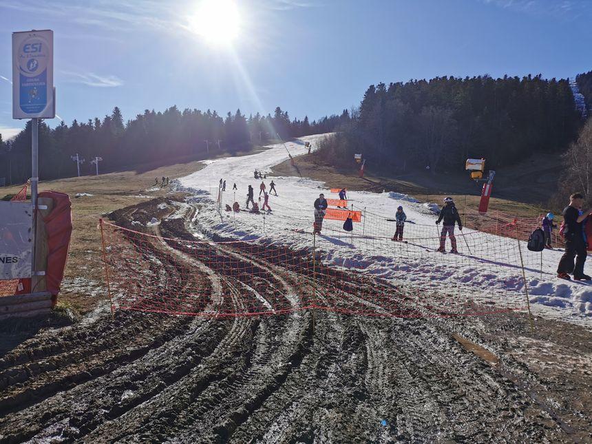 Le retour à la station est possible en ski grâce à un convoi de neige par camion depuis le haut de la station